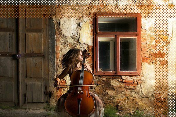 Mujer tocando el violonchelo