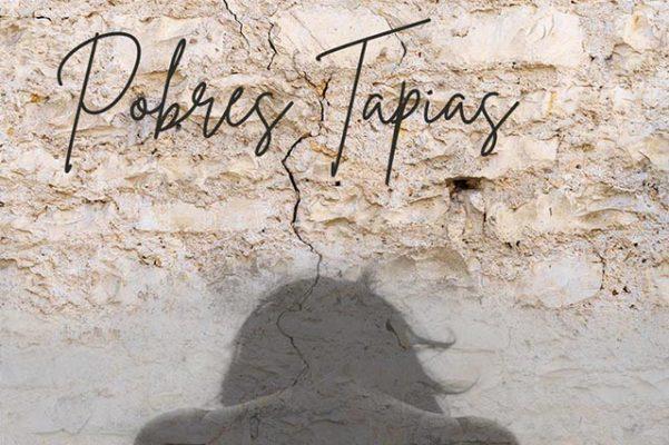 pared con sombra y título pobres tapias