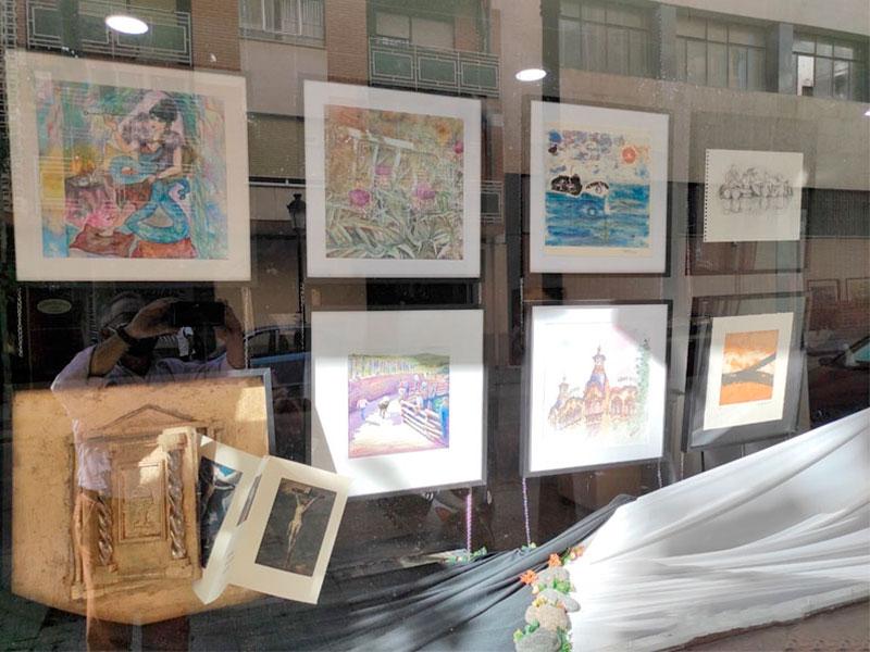 Obras que se pueden contemplar en el escaparate de la Sala Art-Atelier.